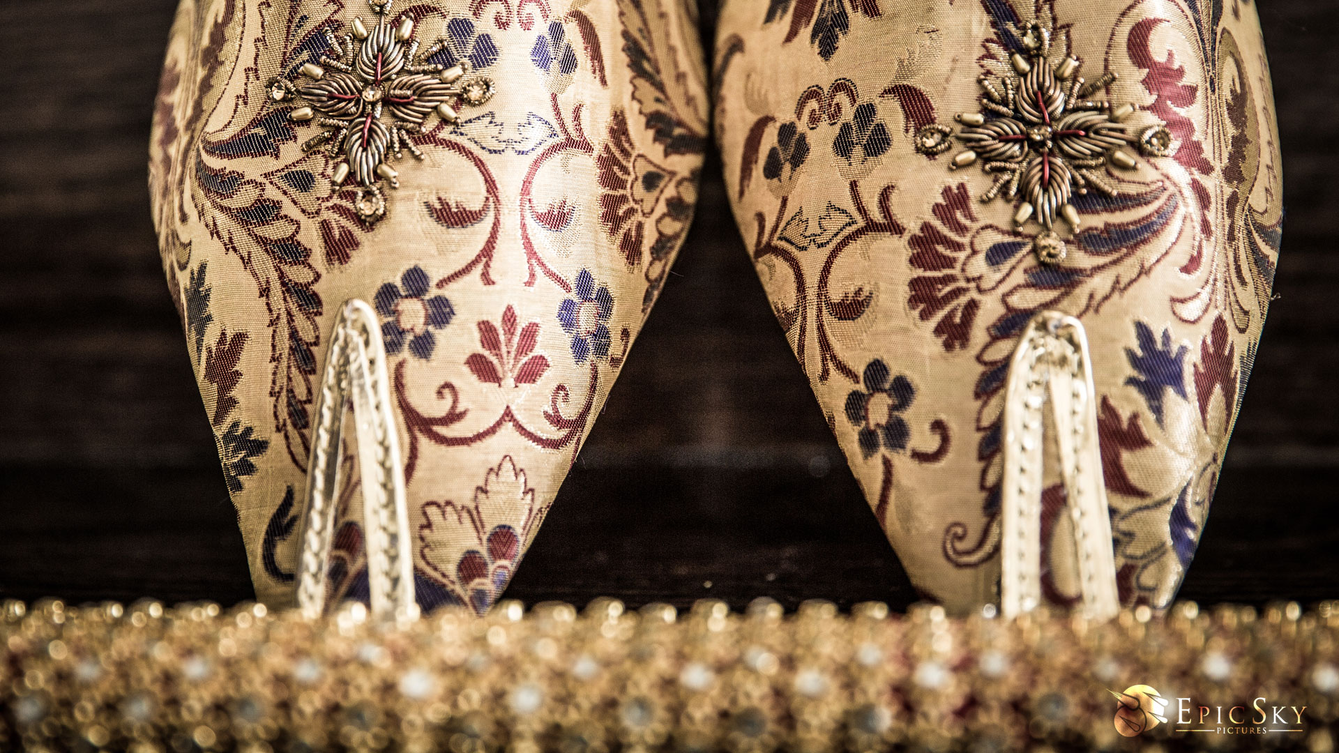 epic_sky_pictures_gold_shoes_hanging_photography_glimmer_wedding_groom_shoes_detail_designer_wedding_shoes_groomfashion_site